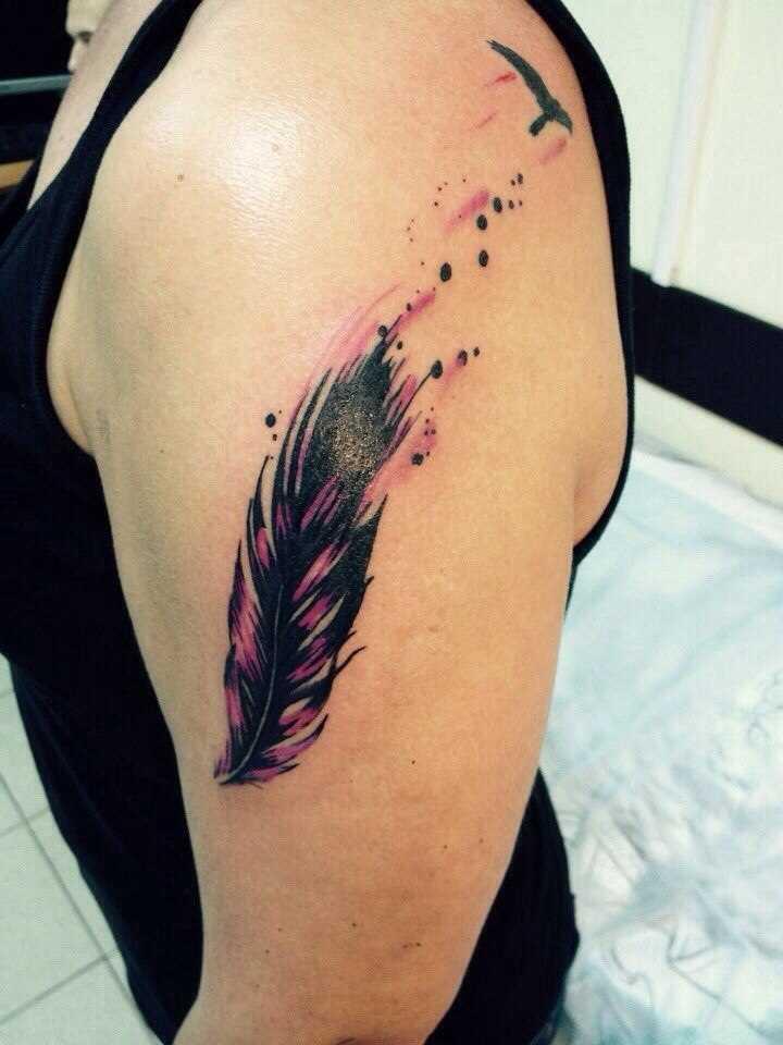 A tatuagem no ombro da menina - caneta