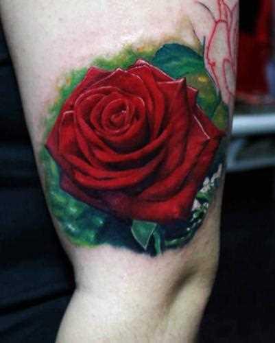 A tatuagem no ombro da menina como a rosa vermelha