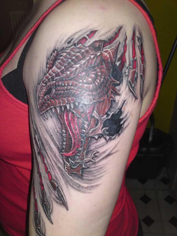 A tatuagem no ombro da menina - dragão