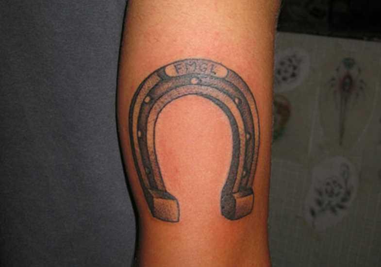 A tatuagem no ombro da menina - ferradura