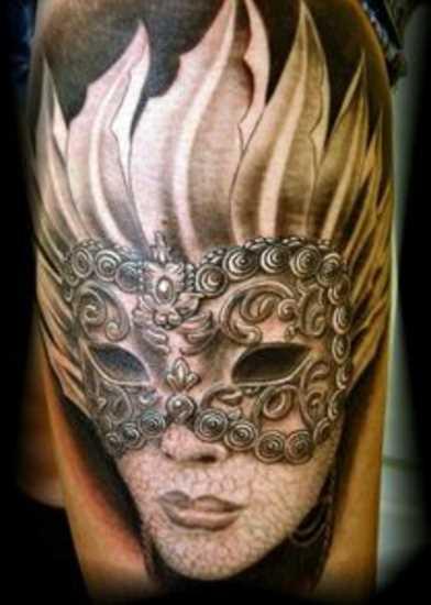 A tatuagem no ombro da menina - máscara