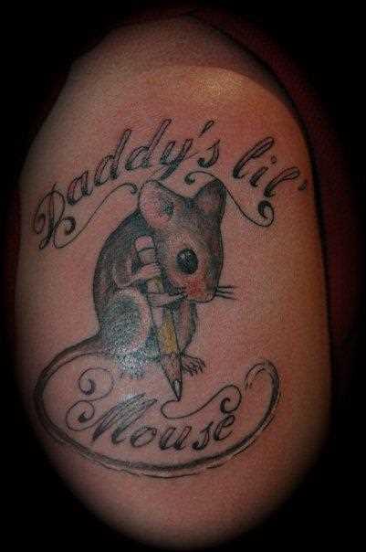 A tatuagem no ombro da menina - mouse com um lápis e inscrição