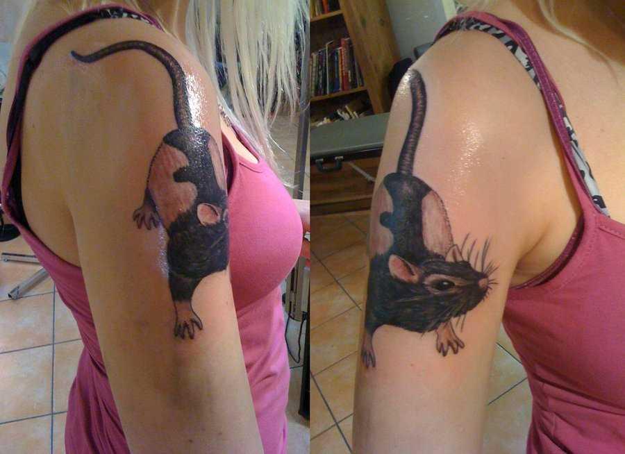 A tatuagem no ombro da menina - mouse