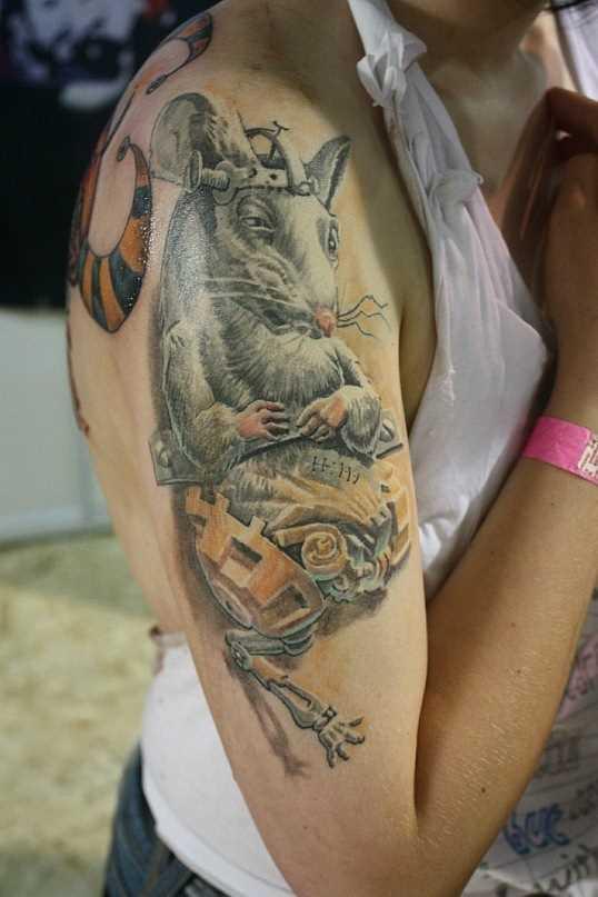 A tatuagem no ombro da menina - o rato