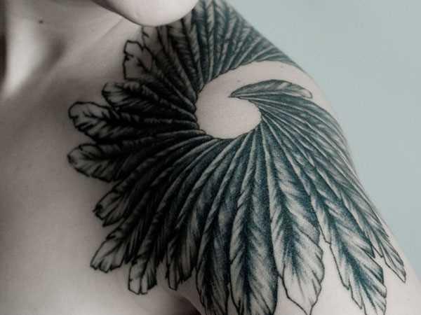 A tatuagem no ombro da menina - penas