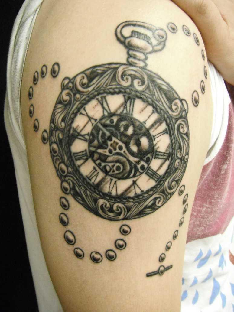 A tatuagem no ombro da menina - relógio de bolso