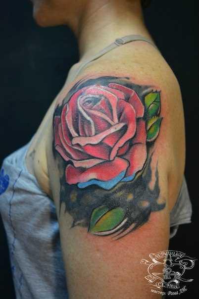 A tatuagem no ombro da menina - rosa