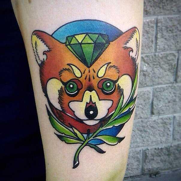 A tatuagem no ombro da menina - se em abstrato estilo