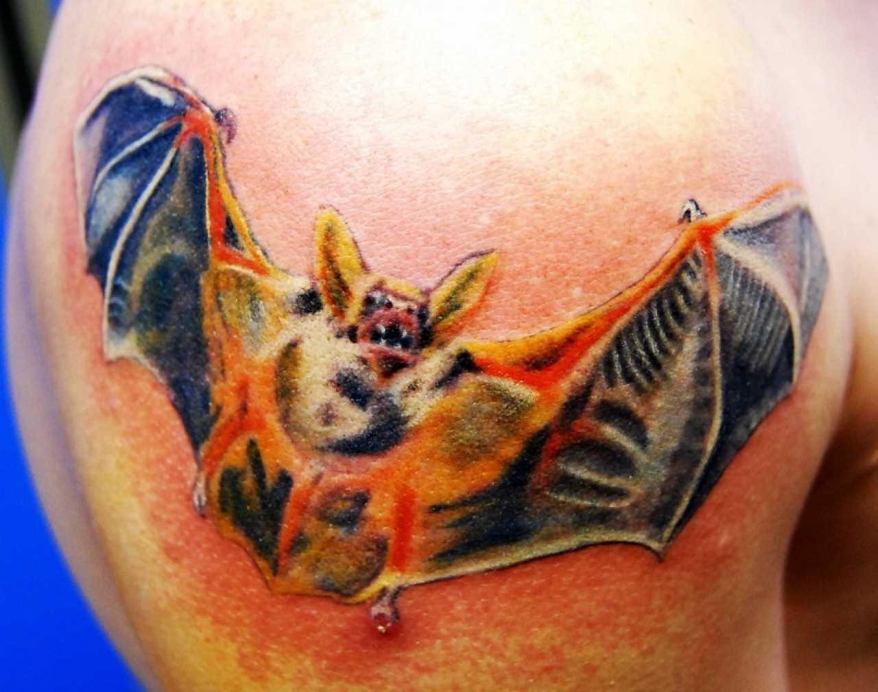 A tatuagem no ombro de o homem - morcego