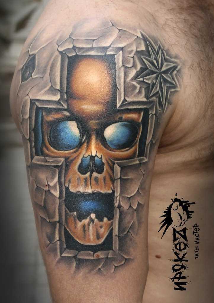 A tatuagem no ombro de um cara - a cruz e o crânio