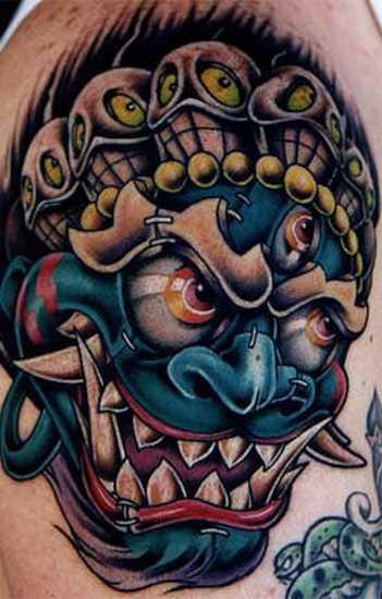 A tatuagem no ombro de um cara como o mal de máscaras