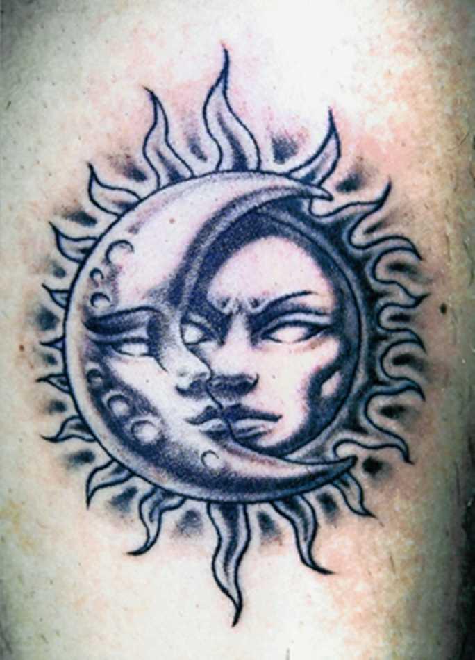 A tatuagem no ombro de um cara como o sol e a lua