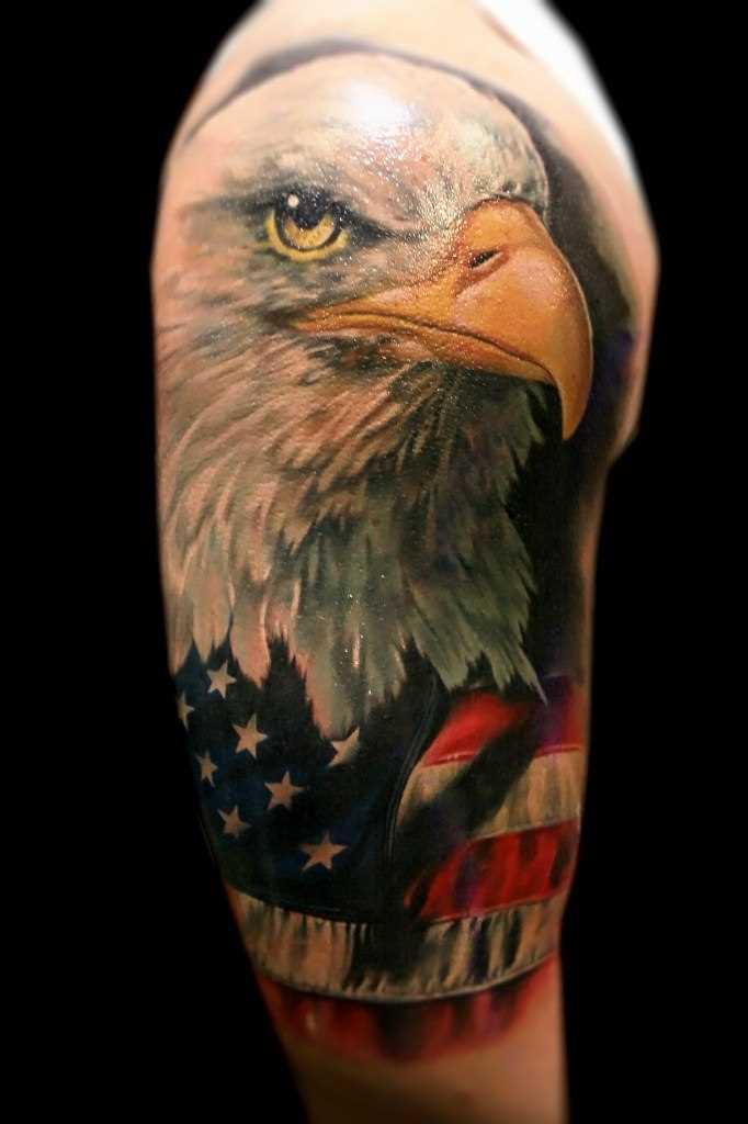 A tatuagem no ombro de um cara - coroa e a bandeira americana