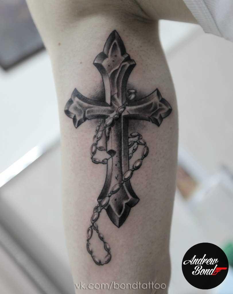 A tatuagem no ombro de um cara - cruz