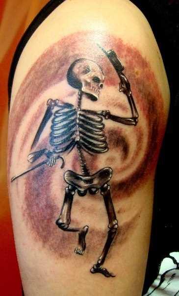 A tatuagem no ombro de um cara - dança do esqueleto