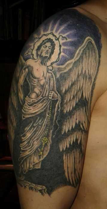 A tatuagem no ombro de um cara - de- anjo