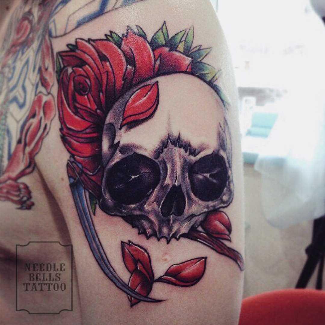 A tatuagem no ombro de um cara de crânio