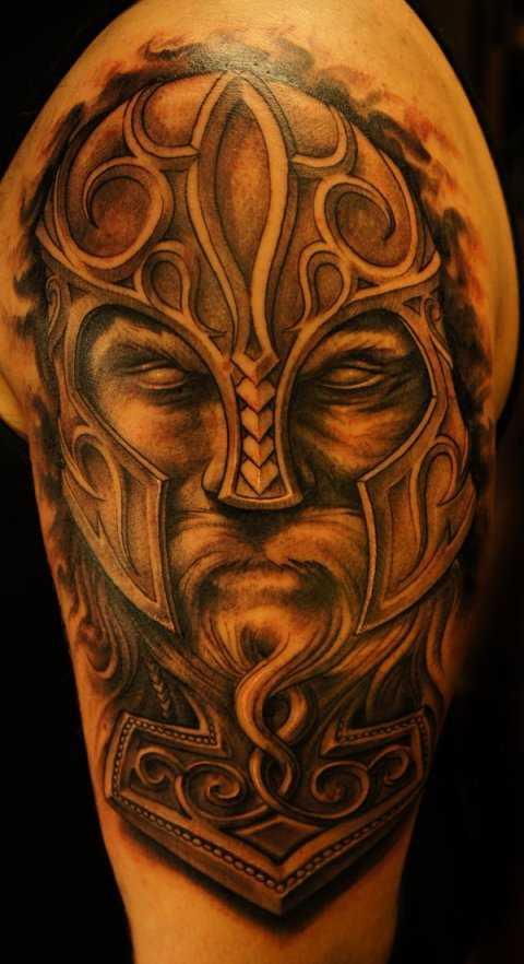 A tatuagem no ombro de um cara - de-martelo e Thor