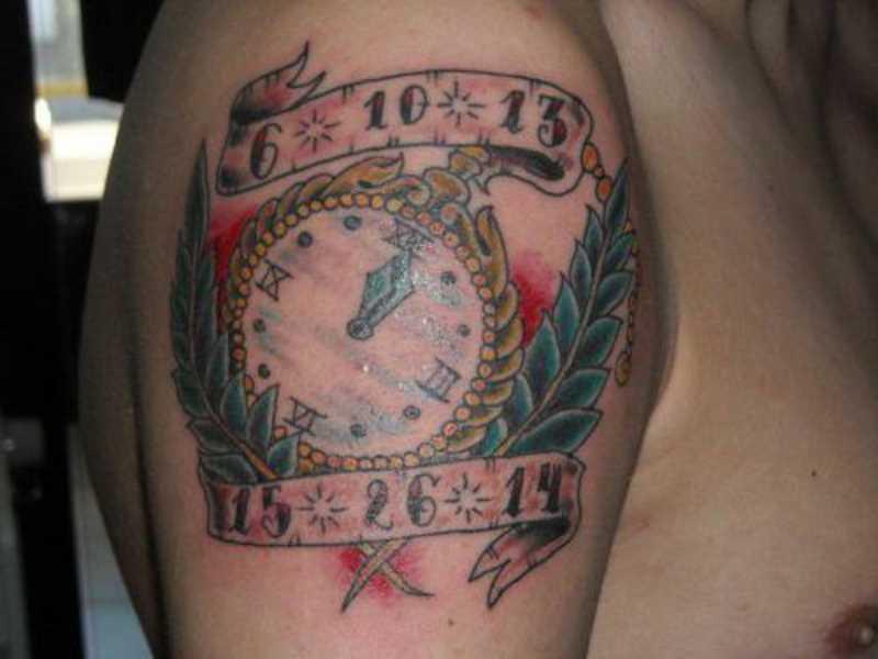 A tatuagem no ombro de um cara - de relógios de bolso