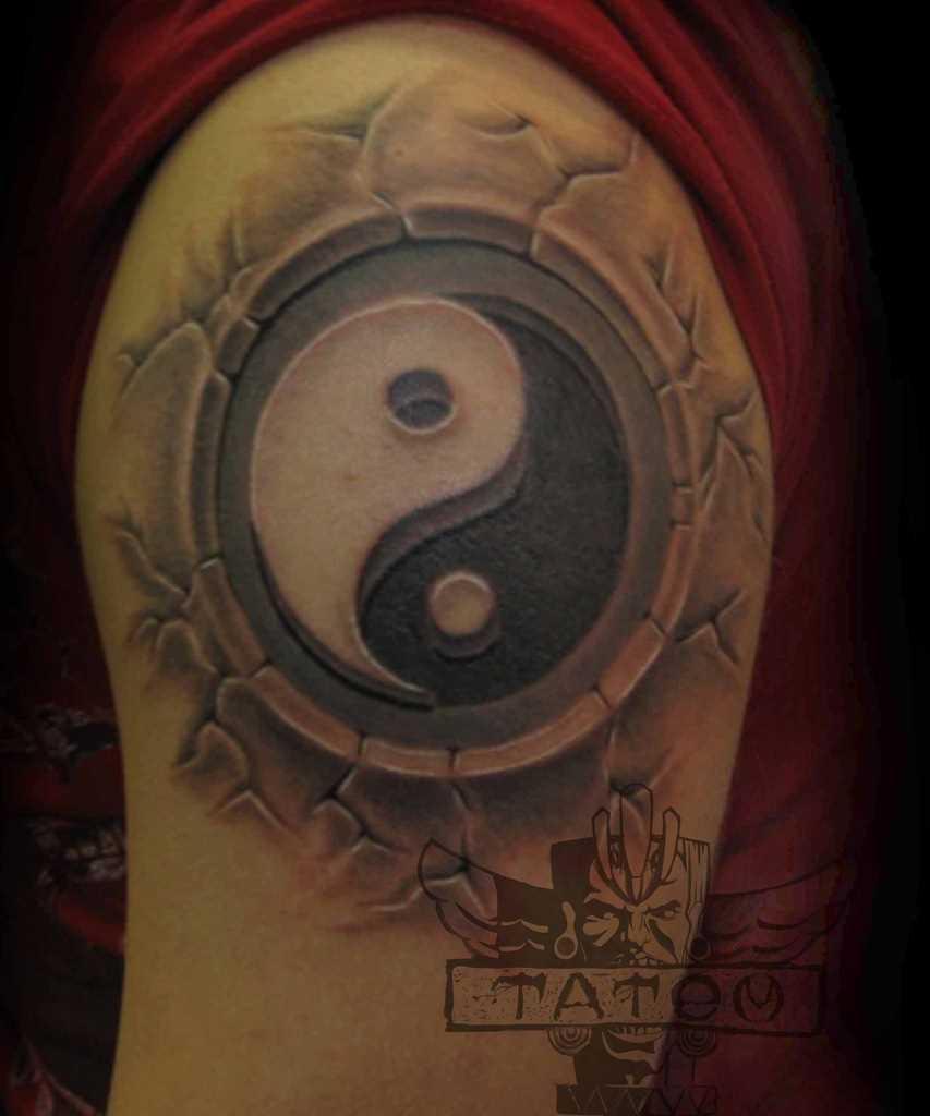 A tatuagem no ombro de um cara - de Yin-Yang