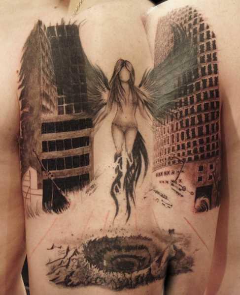 A tatuagem no ombro de um cara em forma de imagem da menina-anjo