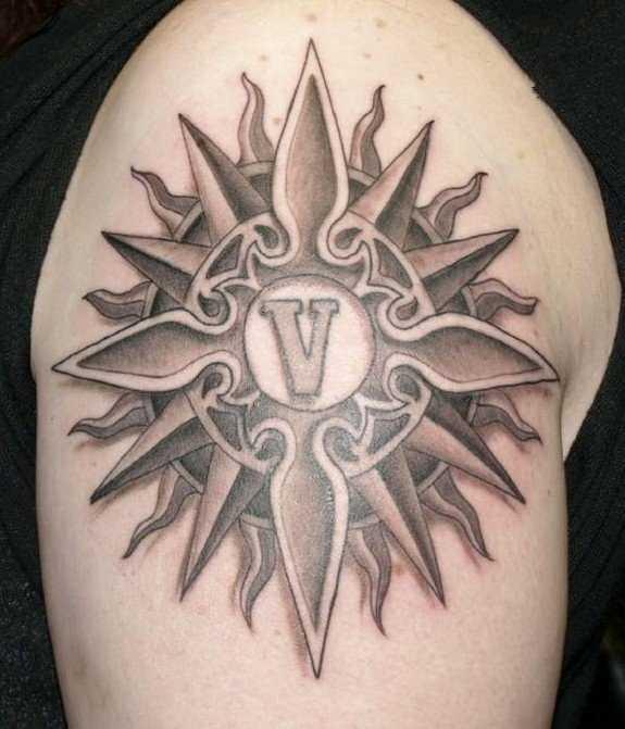 A tatuagem no ombro de um cara em forma de sol