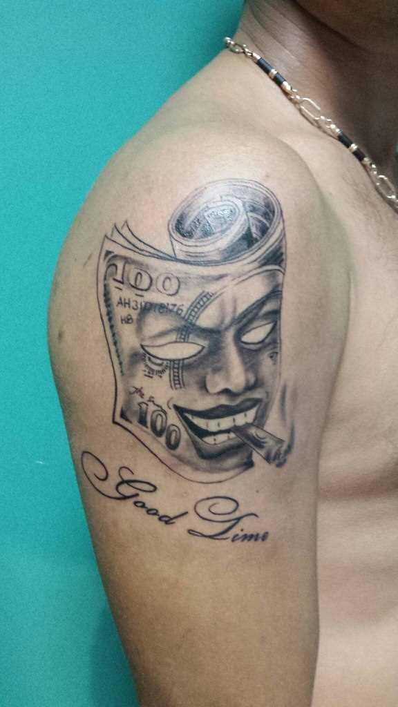 A tatuagem no ombro de um cara - máscara