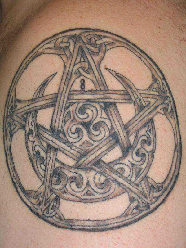 A tatuagem no ombro de um cara - o pentagrama e a lua