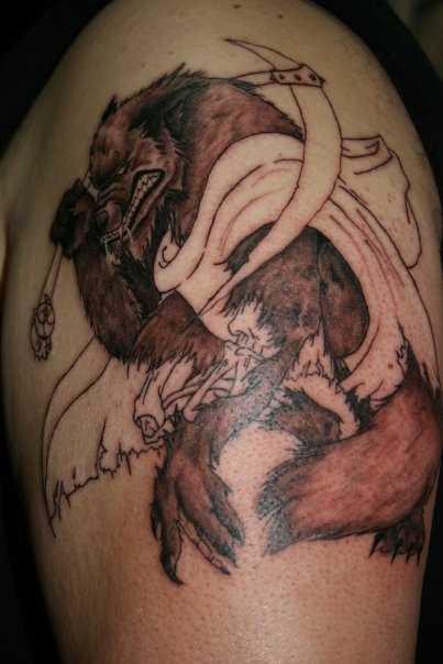 A tatuagem no ombro de um cara - um lobisomem