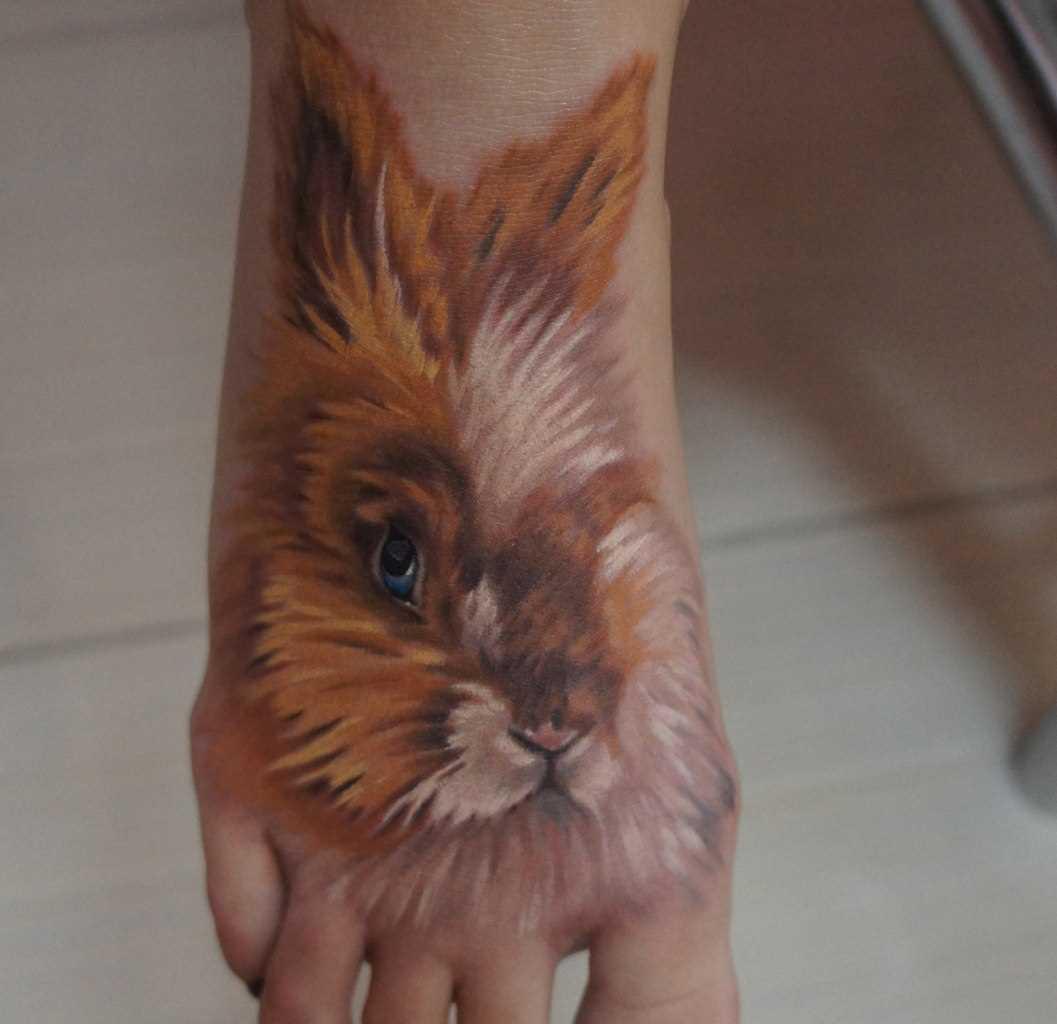 A tatuagem no pé da menina - coelho