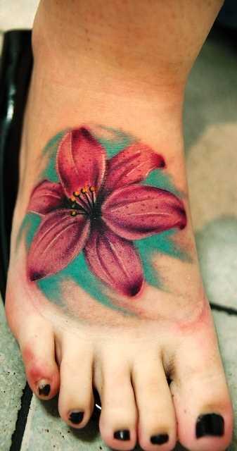 A tatuagem no pé da menina em forma de lírio