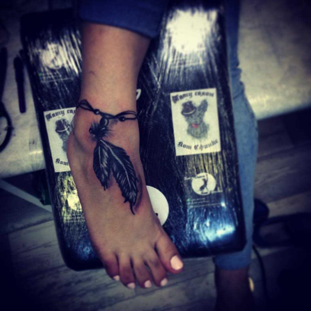 A tatuagem no pé da menina - penas