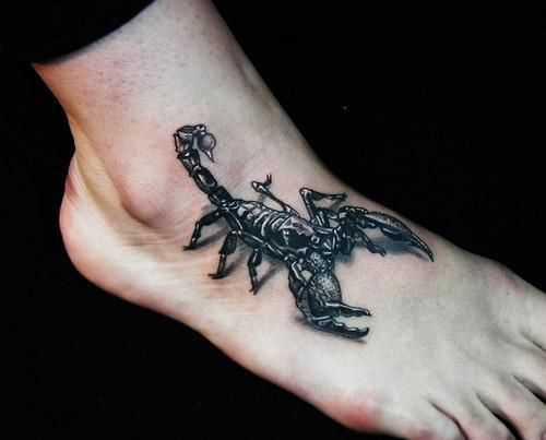 A tatuagem no pé de um cara - de escorpião no estilo 3d