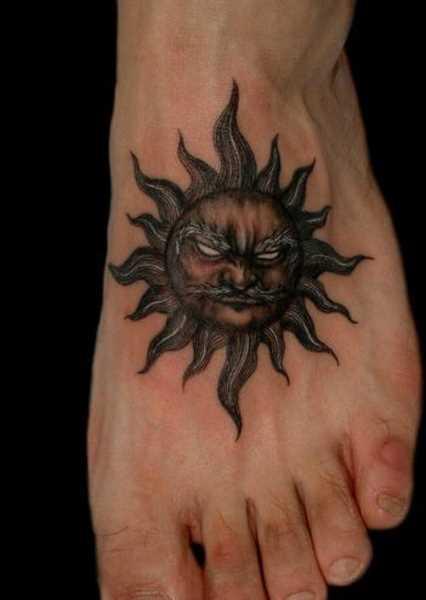 A tatuagem no pé do cara em forma de sol
