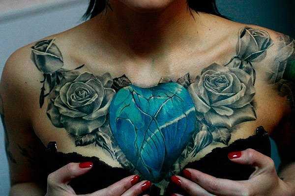 A tatuagem no peito da menina - o coração de