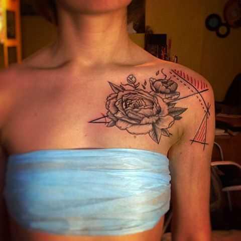 A tatuagem no peito da menina - peônias