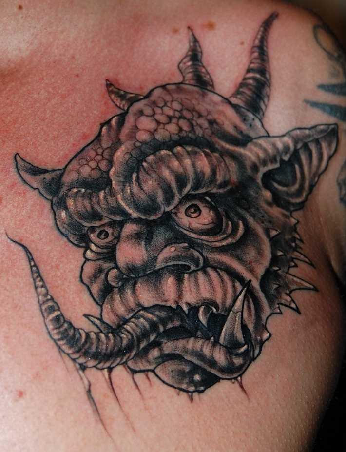 A tatuagem no peito de um cara - daemon
