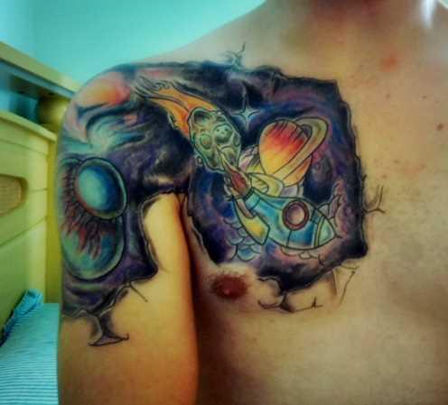 A tatuagem no peito de um cara - o espaço