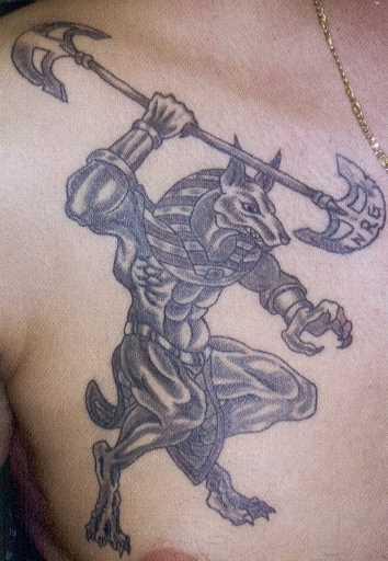 A tatuagem no peito de um cara - of anubis