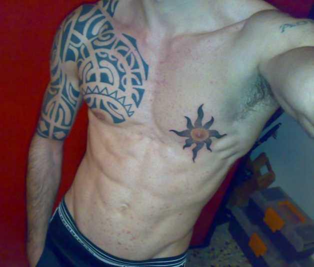 A tatuagem no peito de um cara - sol