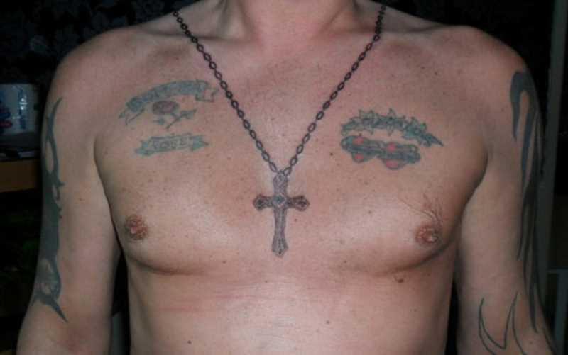 A tatuagem no peito do cara - a cruz na cadeia