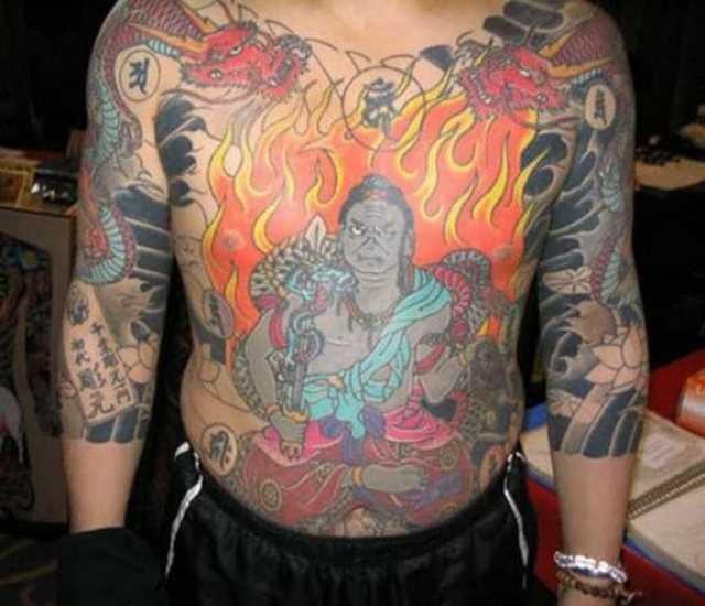 A tatuagem no peito do cara - chama