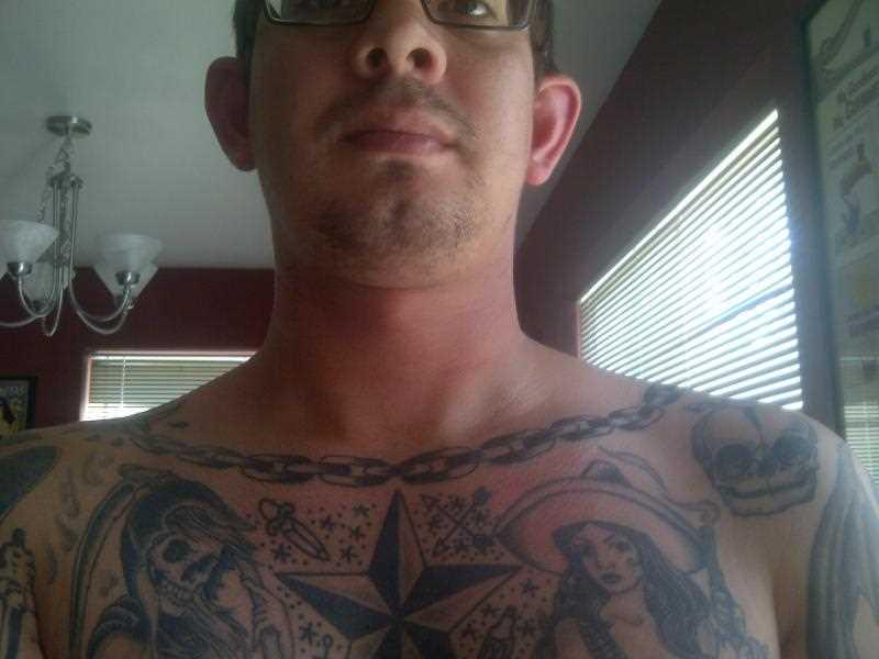 A tatuagem no peito do cara - circuito