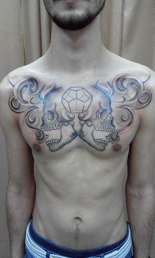 A tatuagem no peito do cara - de crânio