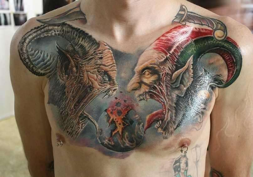 A tatuagem no peito do cara - de demônios