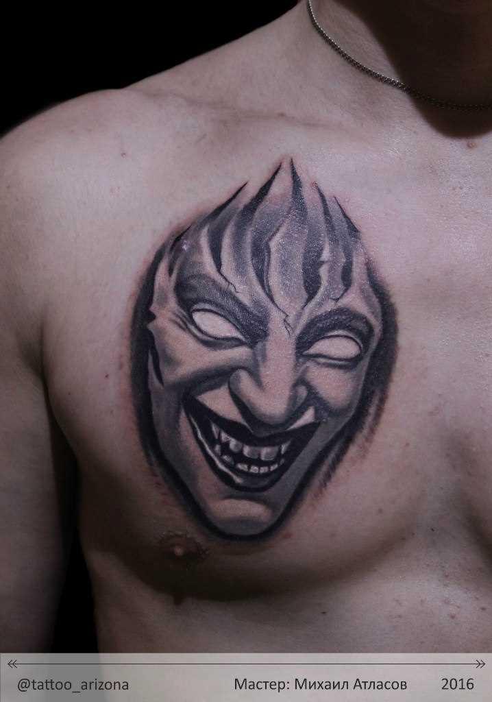 A tatuagem no peito do cara - máscara