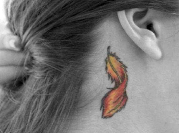 A tatuagem no pescoço, atrás da orelha da menina - caneta
