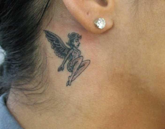 A tatuagem no pescoço da menina - anjo