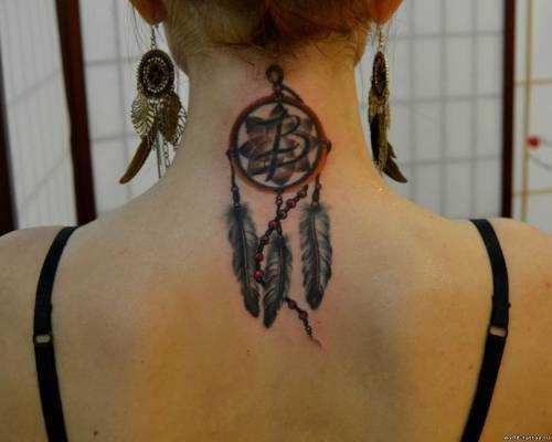A tatuagem no pescoço da menina - apanhador de sonhos