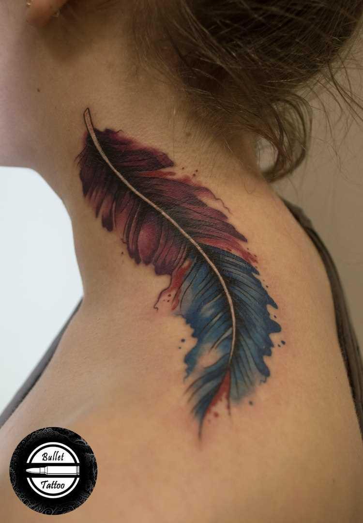 A tatuagem no pescoço da menina - caneta
